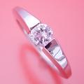 スッキリとスタイリッシュな婚約指輪[BE-78]