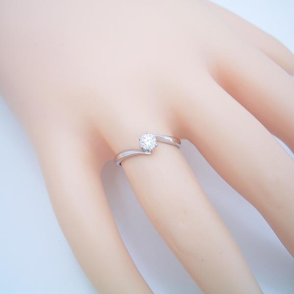 流れるデザインの6本爪タイプの婚約指輪