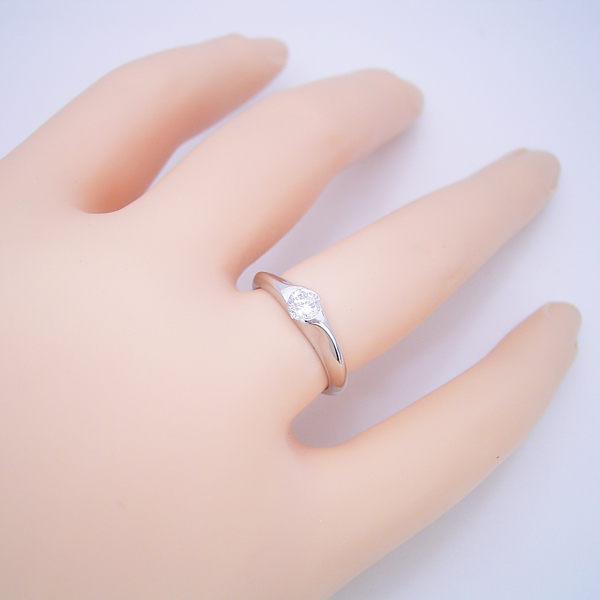 絶妙なラインを描く婚約指輪
