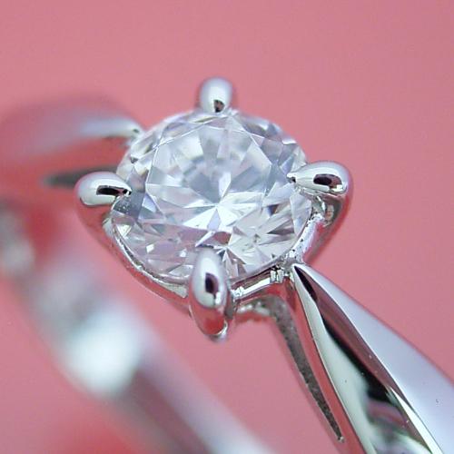 4本爪の新しいデザインの婚約指輪