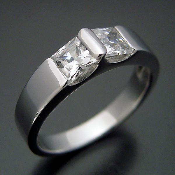 プリンセスカットダイヤモンドをスタイリッシュに使った婚約指輪