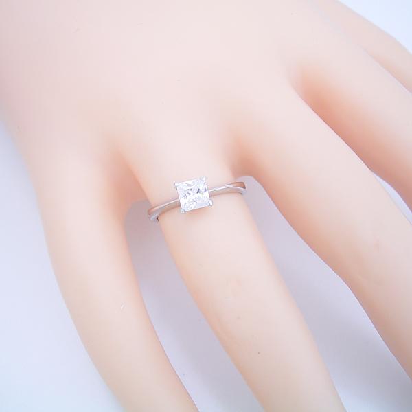 プリンセスカットのダイヤモンドを使ったシンプルデザインの婚約指輪