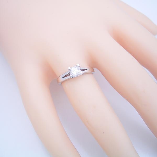 プリンセスカットのダイヤモンドを使った重厚な婚約指輪