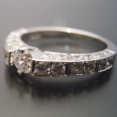 細身で豪華な指が綺麗に見える婚約指輪