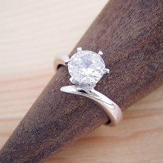 画像2: 1カラット版:6本爪Vラインタイプの婚約指輪 (2)