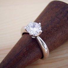 画像2: 1カラット版:アームデザインが新しいティファニーセッティングの婚約指輪 (2)