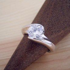 画像2: 1カラット版:流れるようなラインの伏せこみタイプの婚約指輪 (2)
