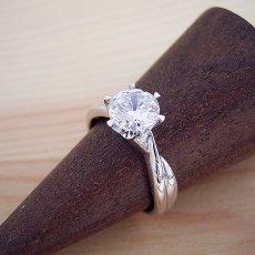 画像2: 1カラット版:シンプルにデザインされている婚約指輪 (2)