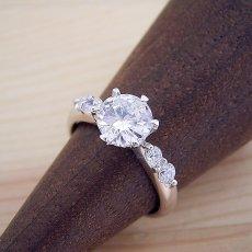 画像2: 1カラット版:6本爪サイド2Pメレデザインの婚約指輪 (2)
