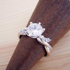 画像2: 1カラット版:天使の羽デザイン6本爪の婚約指輪 (2)