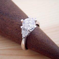 画像2: 1カラット版:6本爪ゴージャスデザインの婚約指輪 (2)