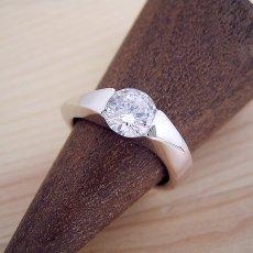 画像2: 1カラット版:もの凄くスタイリッシュなデザインの婚約指輪 (2)
