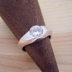 画像2: 1カラット版:少し変わった伏せこみタイプの婚約指輪 (2)