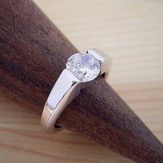 画像2: 1カラット版:スッキリとスタイリッシュな婚約指輪 (2)