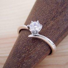 画像2: 6本爪Vラインタイプの婚約指輪 (2)