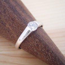 画像2: 甲丸リングにダイヤモンドを埋め込んだ婚約指輪 (2)