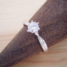 画像2: シンプルにデザインされている婚約指輪 (2)