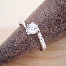 画像1: 流れるデザインの6本爪タイプの婚約指輪 (1)