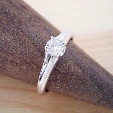 画像2: 隠れた4本爪デザインの婚約指輪 (2)