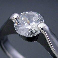 画像1: 1カラット版:2点留め伏せこみタイプの婚約指輪 (1)