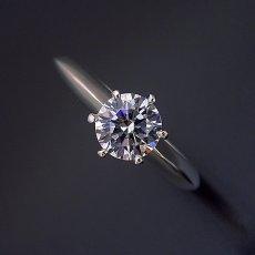 画像2: 1カラット版:どの指輪のデザインとも違う、6本爪ティファニーセッティングタイプの婚約指輪 (2)