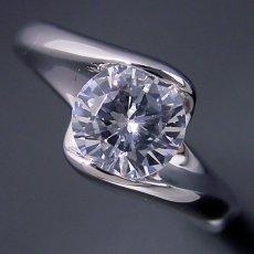 画像3: 1カラット版:流れるようなラインの伏せこみタイプの婚約指輪 (3)