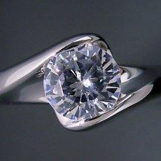 画像4: 1カラット版:流れるようなラインの伏せこみタイプの婚約指輪 (4)