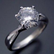 画像1: 1カラット版:シンプルにデザインされている婚約指輪 (1)