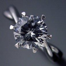 画像3: 1カラット版:シンプルにデザインされている婚約指輪 (3)