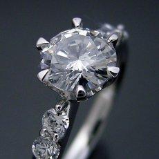 画像1: 1カラット版:6本爪サイド2Pメレデザインの婚約指輪 (1)