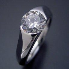 画像1: 1カラット版:絶妙なラインを描く婚約指輪 (1)