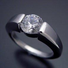 画像4: 1カラット版:スッキリとスタイリッシュな婚約指輪 (4)