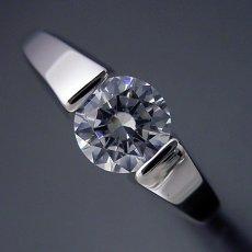画像1: 1カラット版:スッキリとスタイリッシュな婚約指輪 (1)