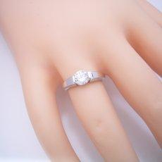 画像5: 1カラット版:スッキリとスタイリッシュな婚約指輪 (5)