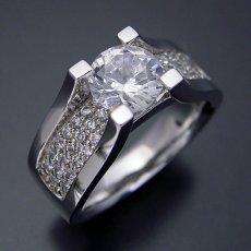 画像1: 1カラットダイヤモンドの大きさを生かした婚約指輪 (1)