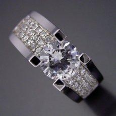 画像2: 1カラットダイヤモンドの大きさを生かした婚約指輪 (2)