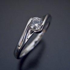 画像4: 流れるようなラインの伏せこみタイプの婚約指輪 (4)