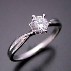 画像4: シンプルにデザインされている婚約指輪 (4)