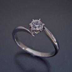 画像4: 流れるデザインの6本爪タイプの婚約指輪 (4)