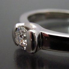 画像4: ごつしっかり伏せこみタイプの婚約指輪 (4)