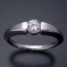 画像2: スッキリとスタイリッシュな婚約指輪 (2)