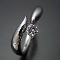 画像1: 柔らかいラインでシンプルなデザインの婚約指輪 (1)