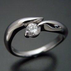 画像2: 柔らかいラインでシンプルなデザインの婚約指輪 (2)