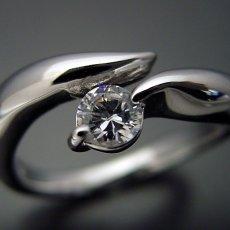 画像3: 柔らかいラインでシンプルなデザインの婚約指輪 (3)