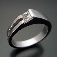 画像1: プリンセスカットダイヤモンドならではのデザインの婚約指輪 (1)