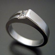 画像3: プリンセスカットダイヤモンドならではのデザインの婚約指輪 (3)
