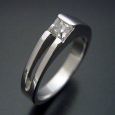 画像4: プリンセスカットダイヤモンドならではのデザインの婚約指輪 (4)