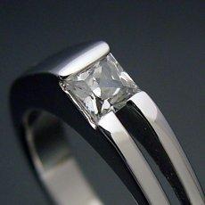 画像2: プリンセスカットダイヤモンドならではのデザインの婚約指輪 (2)
