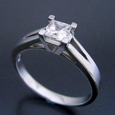 画像1: プリンセスカットのダイヤモンドを使った重厚な婚約指輪 (1)
