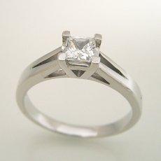 画像3: プリンセスカットのダイヤモンドを使った重厚な婚約指輪 (3)
